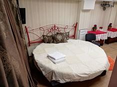 Круглая кровать для пары. Центр, тепло, 2 комплекта чистого постельного. Кишинёв мун.